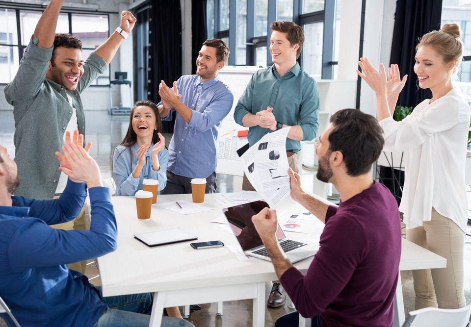 equipe discutindo a importancia da motivação nas organizações