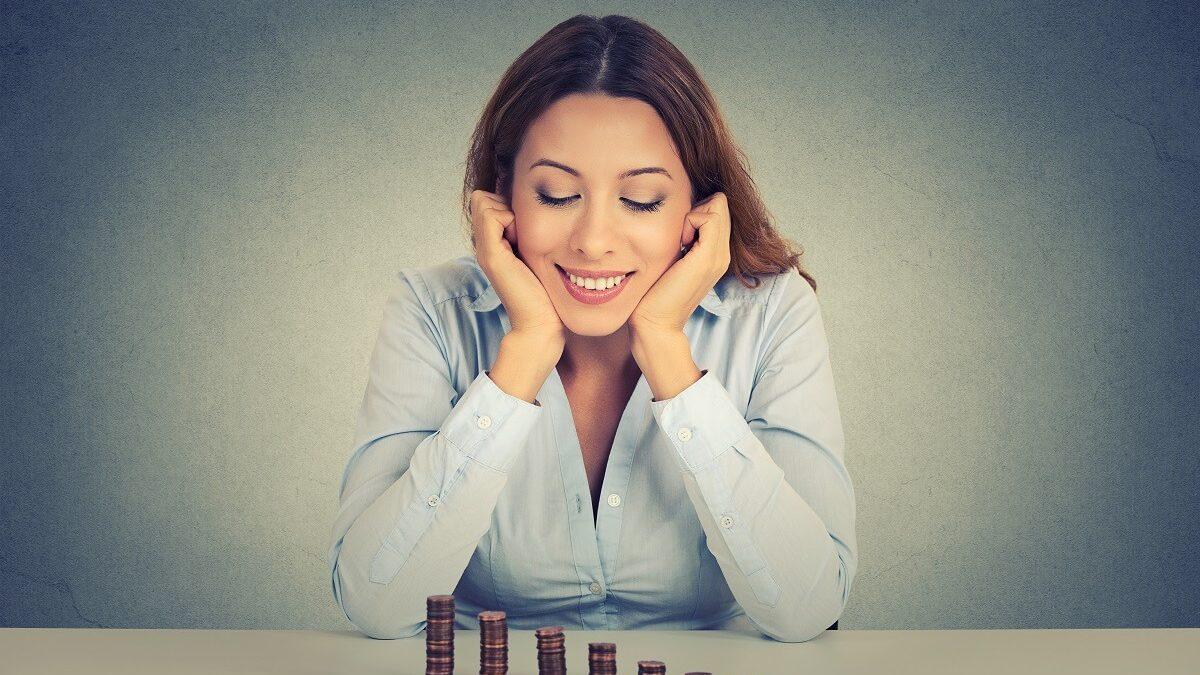 Mulher idealizando a sua prosperidade financeira