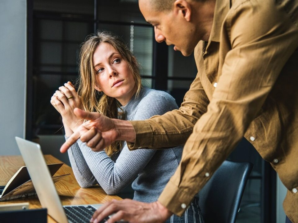 Líder com membro de sua equipe colocando em prática estilos de liderança