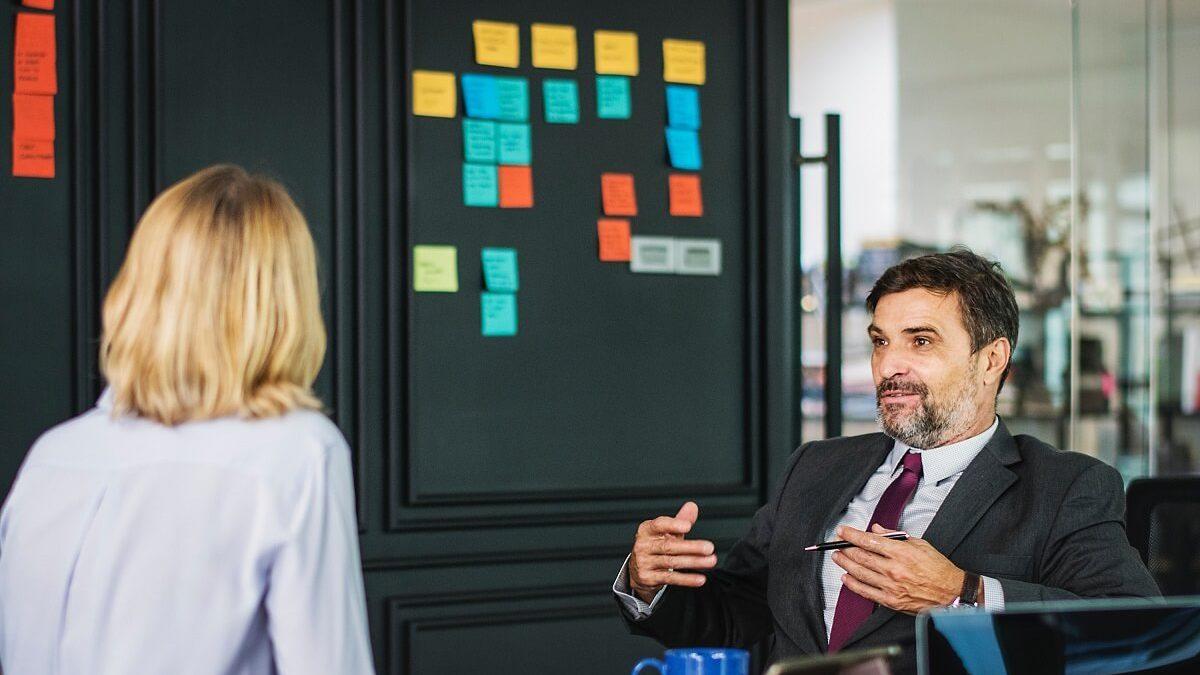 Funcionária aplicando técnicas de como pedir aumento de salário para o chefe